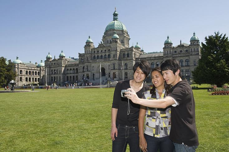 Etudiants devant le British Columbia Parliament Buildings